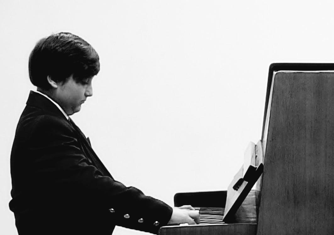 Közel 10 év zongora - klasszikus műfajban. Művészeti vizsgája után továbbképzős évek, melyek során olasz darabokat énekelt hangszeren kísérve magát.